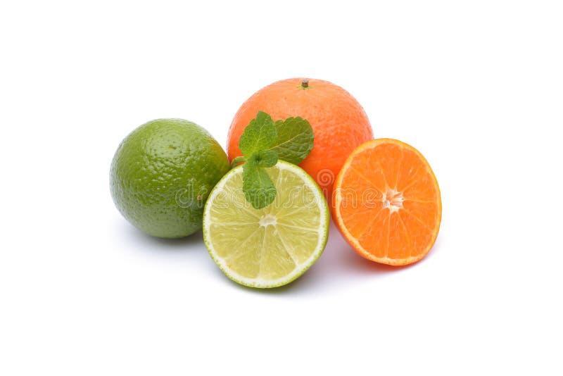 Limefrukter och tangerin på vit arkivfoto