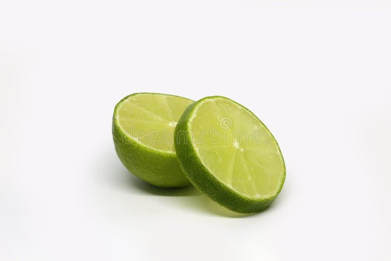 Limefruktfrukt Halva som isoleras p? vit bakgrund arkivbilder
