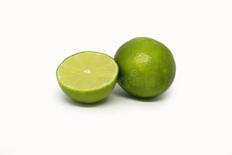 Limefruktfrukt Halva som isoleras p? vit bakgrund arkivbild