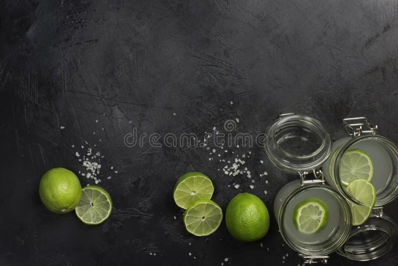 Limefruktfruktsaft i exponeringsglas på den mörka stenen arkivbild