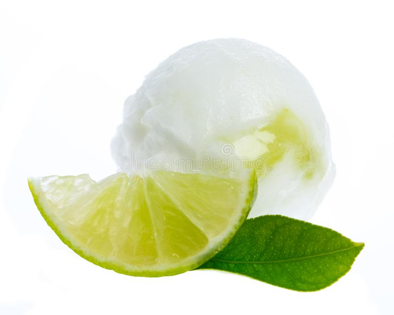 Limefruktglass med limefruktskivan och limefruktbladet fotografering för bildbyråer
