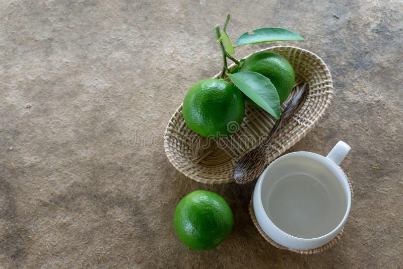 Limefruktgräsplan på vitt trä och exponeringsglas arkivfoto