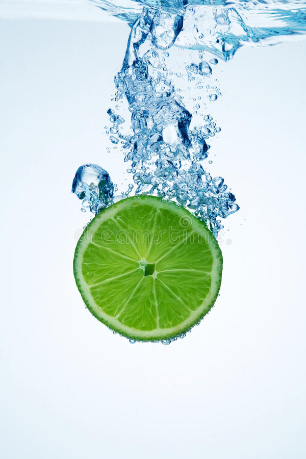 limefruktskivavatten royaltyfria bilder