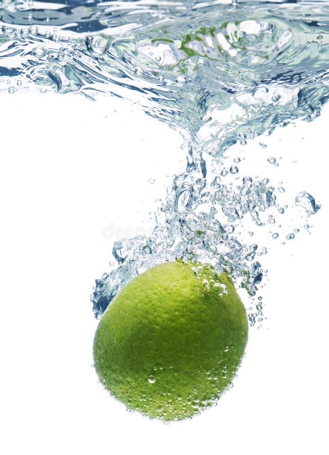 limefruktskivavatten arkivfoton
