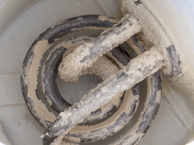 Limescale na chaleira Um resíduo branco, gredoso do depósito do carbonato de cálcio Problema da água dura fotografia de stock