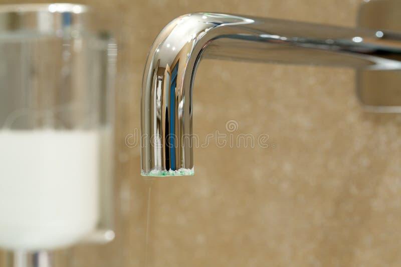 Limescale sur une surface extérieure d'un robinet images stock