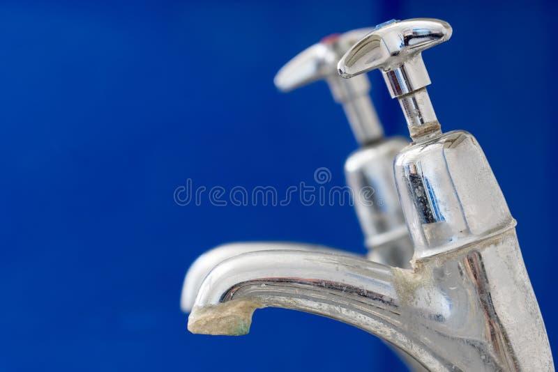 limescale Torneira do torneira de Chrome com close-up do depósito da calcificação da água dura fotos de stock
