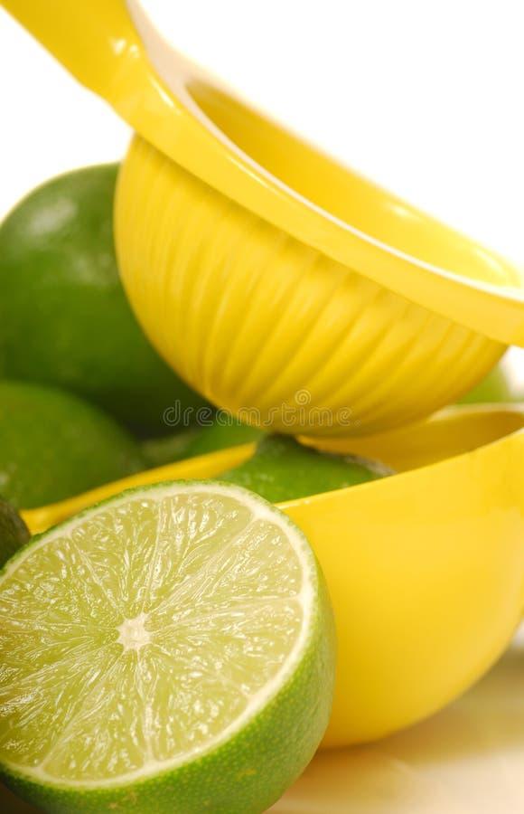Limette avec le juicer de citron images stock