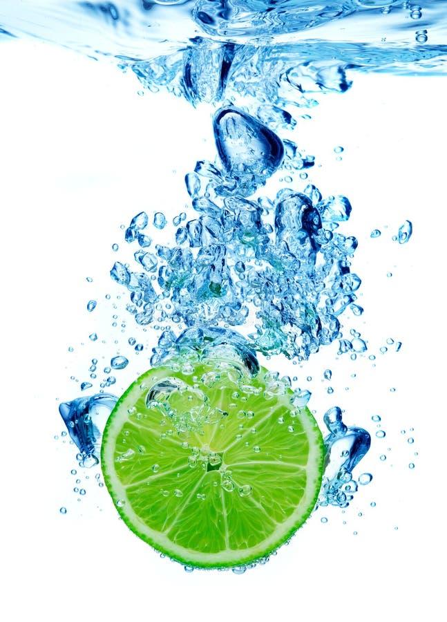 Limette dans l'eau images stock