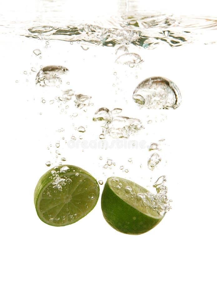 Limette dans l'eau photo libre de droits