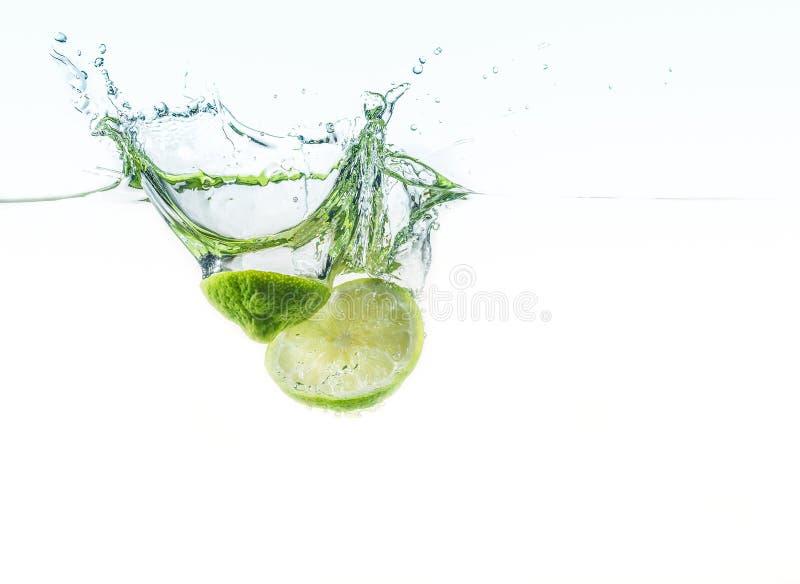 Limettes fraîches dans l'eau photographie stock