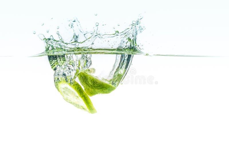 Limettes fraîches dans l'eau image libre de droits