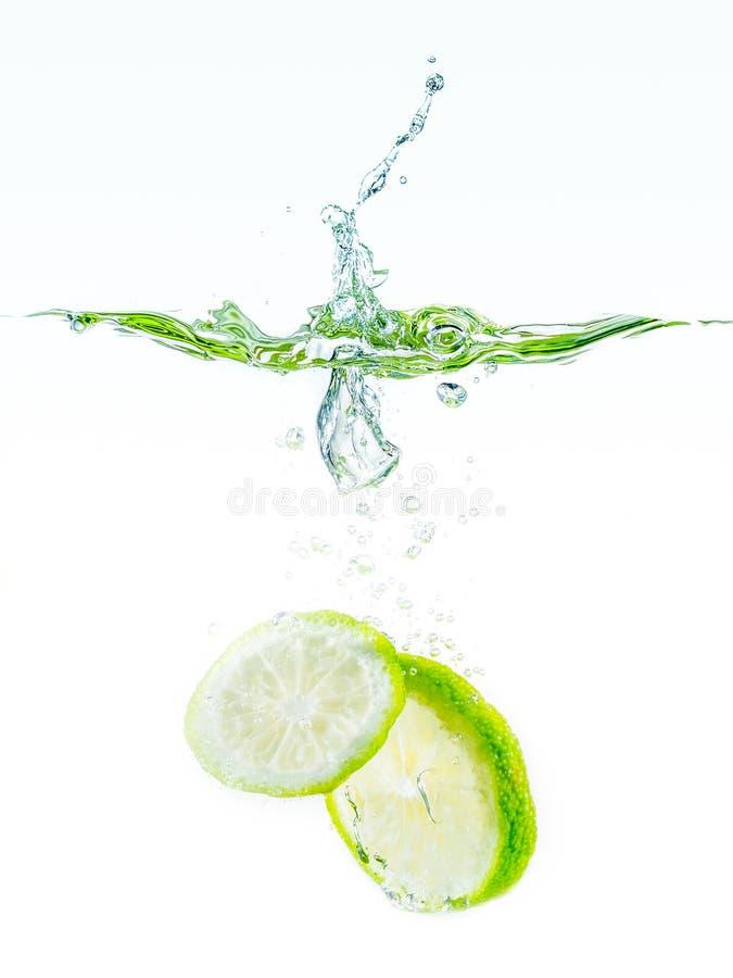 Limettes fraîches dans l'eau photos libres de droits