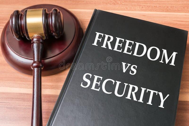 Limitações na liberdade e na liberdade contra o conceito da segurança nacional fotos de stock royalty free