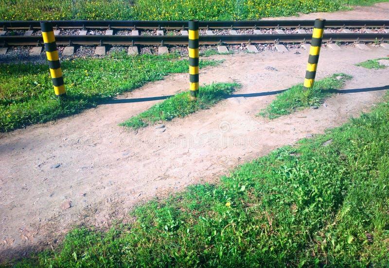 Limitadores de la parada del ferrocarril en el contexto de la trayectoria del verano fotografía de archivo libre de regalías