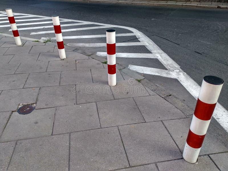 Limitation du stationnement et du voyage sur la route, les inscriptions et les poteaux règles de la circulation, sécurité routièr photos stock