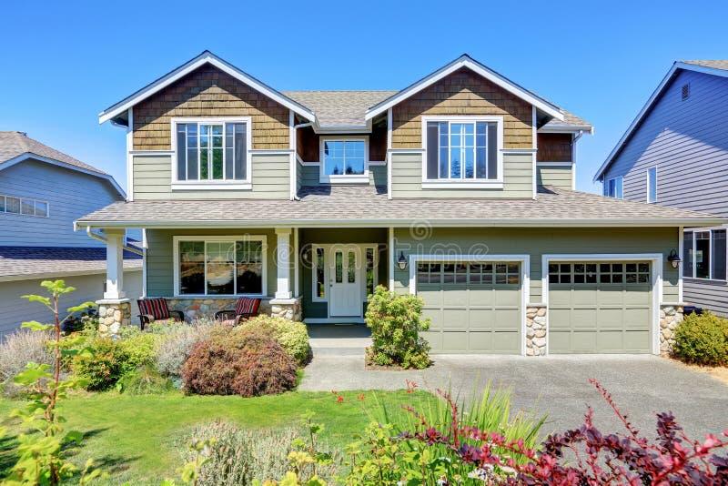 Limite a apelação da casa luxuosa da família com paisagem agradável foto de stock royalty free