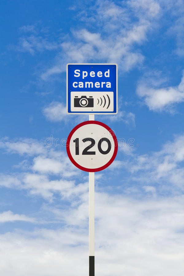 Limite de velocidade e signpost da câmera da velocidade imagens de stock royalty free