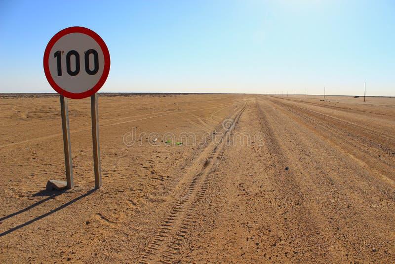 Limite de velocidade em uma estrada do deserto em Namíbia fotografia de stock