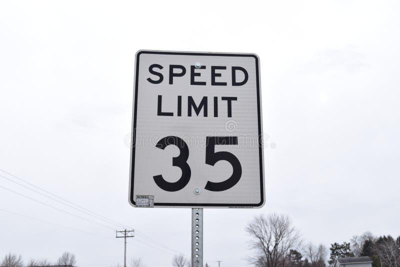 Limite de velocidade trinta e cinco Miles Per Hour imagem de stock royalty free