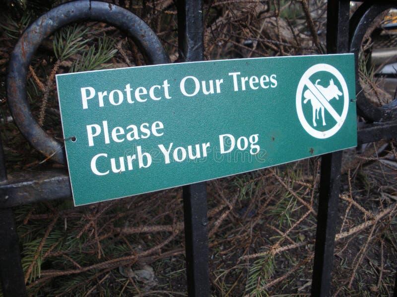 Limite seu sinal do cão, proteja nossas árvores, NYC fotos de stock royalty free
