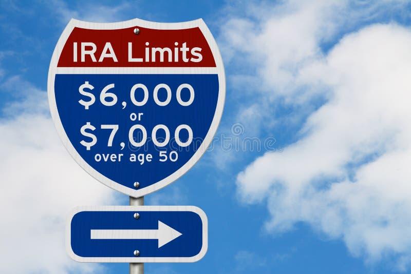 Limiti di contributi di IRA di pensionamento su un segnale stradale da uno stato all'altro della strada principale di U.S.A. immagine stock libera da diritti