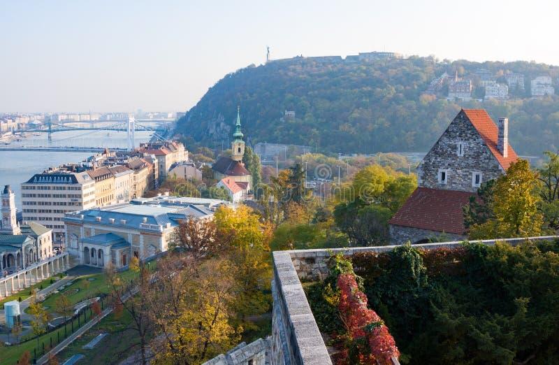 Limiti europei Vista panoramica di Budapest con vecchie e le costruzioni moderne in autunno, Ungheria di Dunai, immagine stock libera da diritti