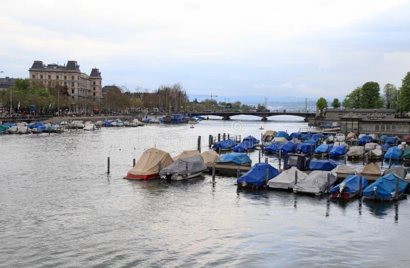 Limmat-Fluss in der Dämmerung, Zürich stockfotografie