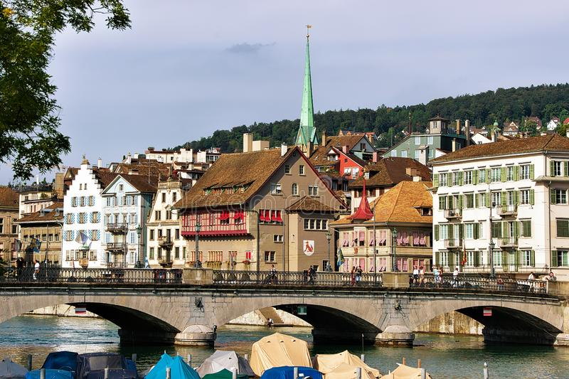 Limmat-Fluss und Helm von Predigerkirche auf Stadtzentrum Zürich-Schweizer stockbild