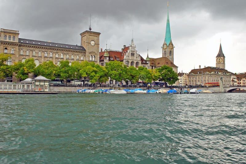 Limmat-Fluss und im Stadtzentrum gelegenes Zürich, die Schweiz lizenzfreie stockfotos