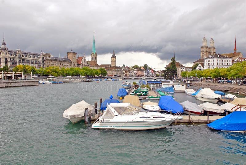 Limmat-Fluss und im Stadtzentrum gelegenes Zürich, die Schweiz lizenzfreies stockfoto