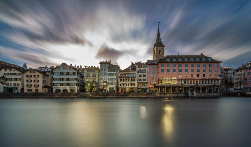 Limmatrivier bij Zonsondergang in ZÃ ¼ rijken, Zwitserland stock foto