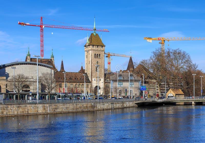 Limmatrivier en de Zwitserse Nationale Museumbouw in Zürich, Switz royalty-vrije stock afbeeldingen