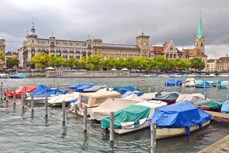 Limmatrivier en Zürich Van de binnenstad, Zwitserland stock afbeelding