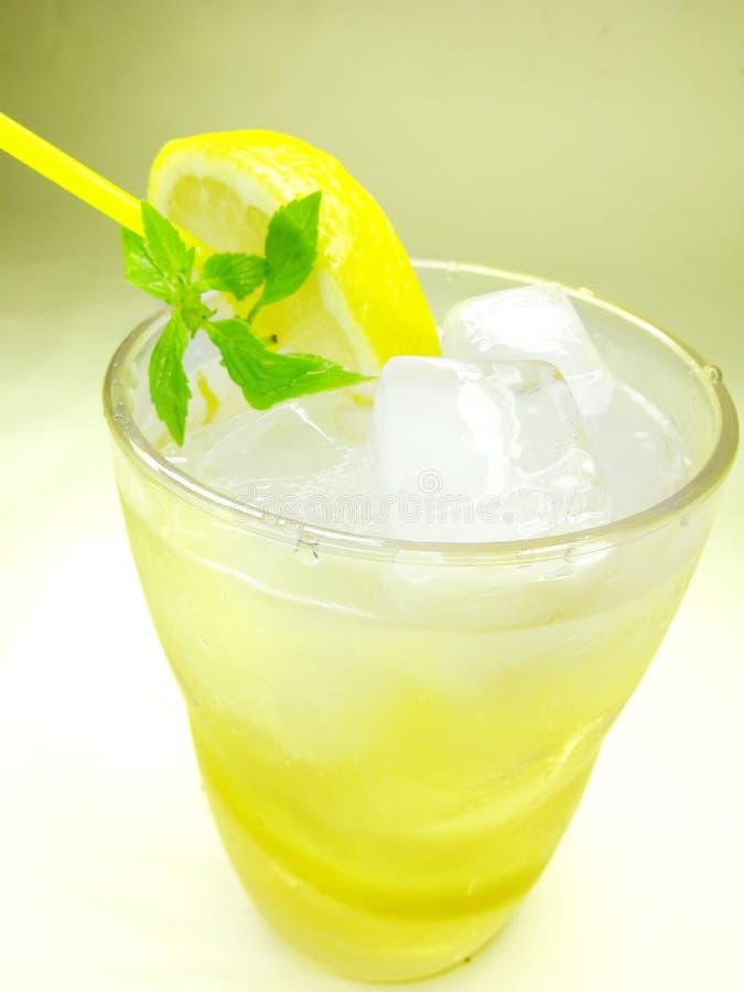 Limonada amarela com limão e gelo imagens de stock