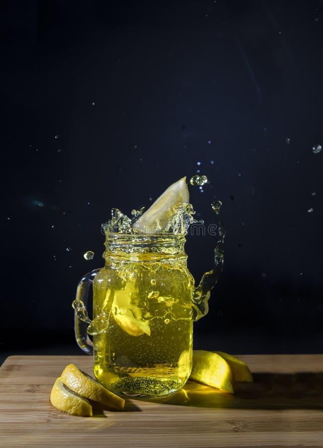 Limonada amarilla deliciosa para su partido del verano fotos de archivo