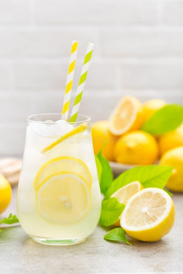 limonada Bebida con los limones frescos Cóctel del limón con el jugo imagen de archivo