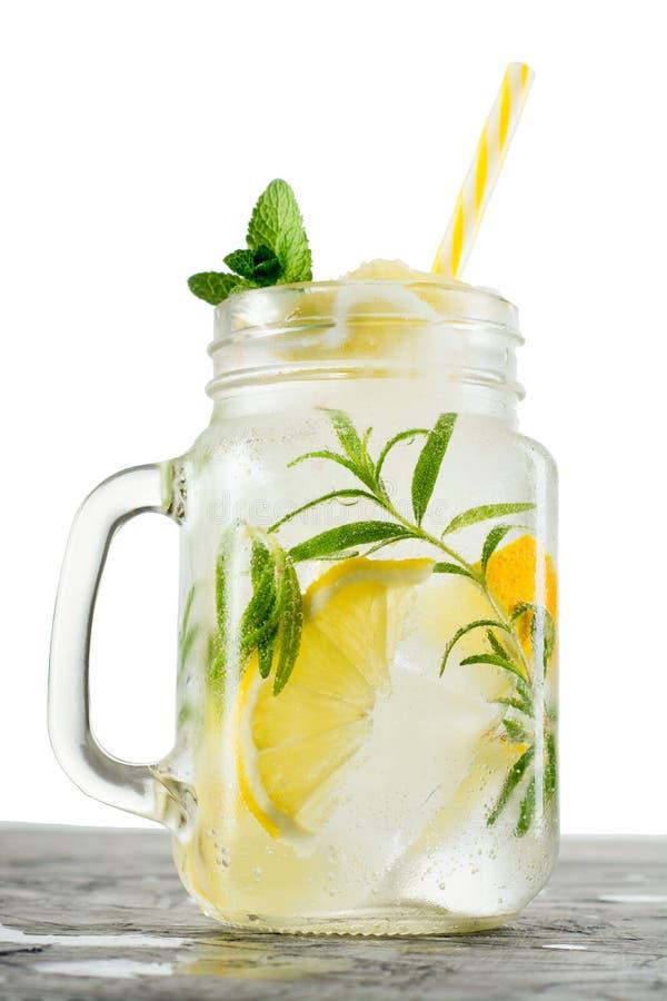 limonada Bebida con los limones frescos Cóctel del limón con el jugo, la menta, el hielo y el romero fotos de archivo libres de regalías