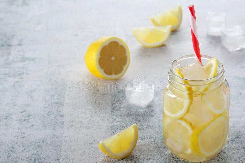 Limonada com fatias de lim?o e de gelo fotos de stock royalty free