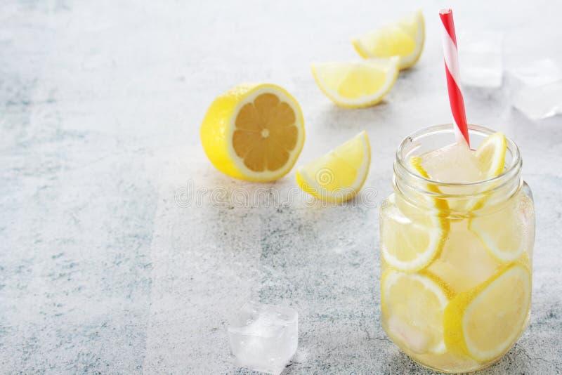 Limonada com fatias de lim?o e de gelo fotos de stock