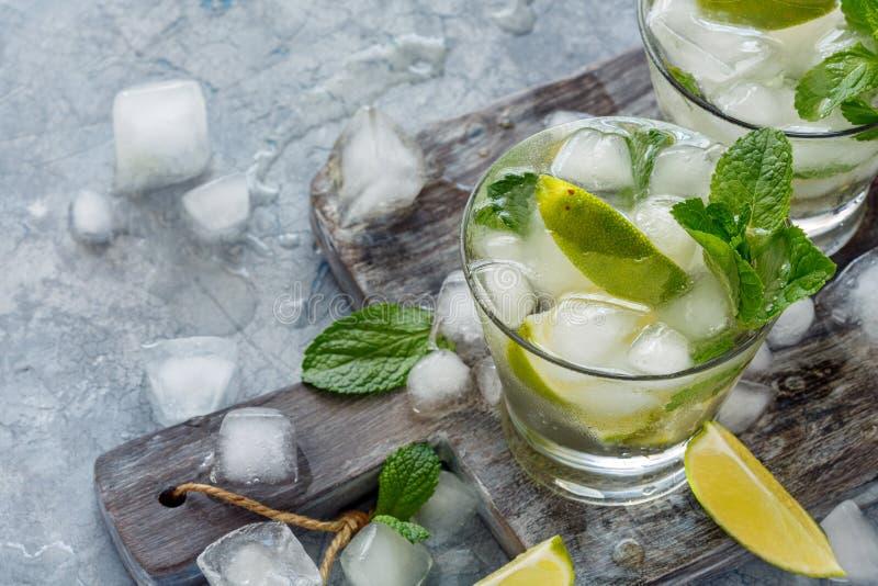 Limonada com hortelã, fatias do cal e cubos de gelo imagem de stock royalty free