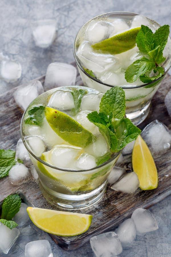 Limonada com hortelã, fatias do cal e cubos de gelo fotografia de stock royalty free