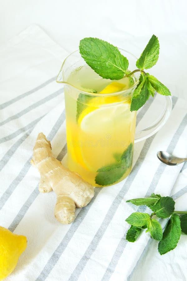 Limonada con el jengibre y la menta fotos de archivo