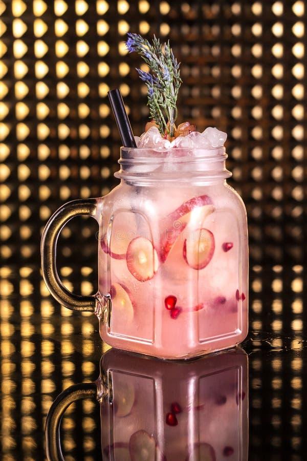 Limonada cor-de-rosa do cocktail com fruto de paixão fresco no frasco do vintage foto de stock royalty free
