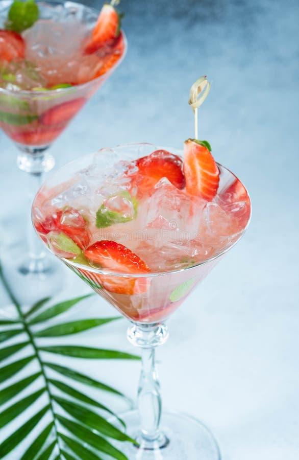 Limonada da morango ou cocktail do alco?lico com as folhas da soda e de hortel? do xarope do gelo na tabela da barra imagens de stock royalty free