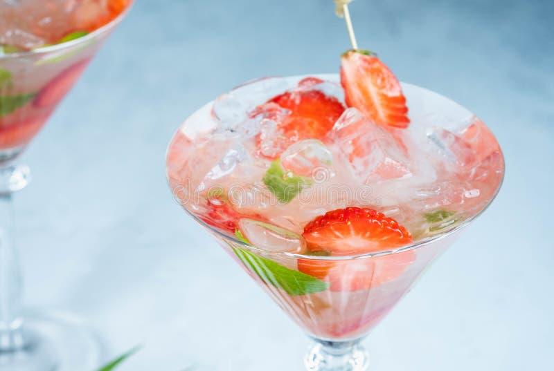 Limonada da morango ou cocktail do alco?lico com as folhas da soda e de hortel? do xarope do gelo na tabela da barra imagem de stock