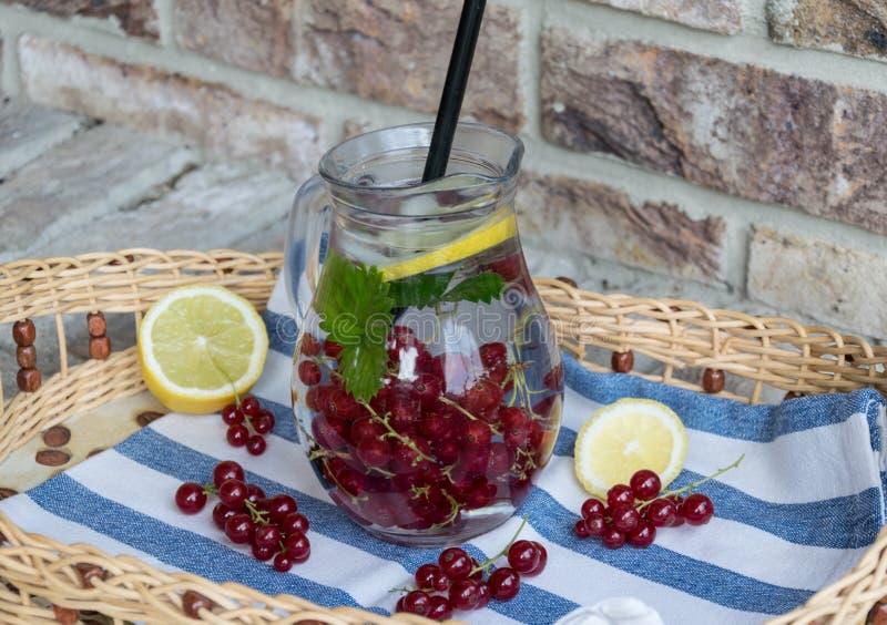 limonada de refrescamento Casa-feita do corinto vermelho com gelo e limão fotografia de stock royalty free
