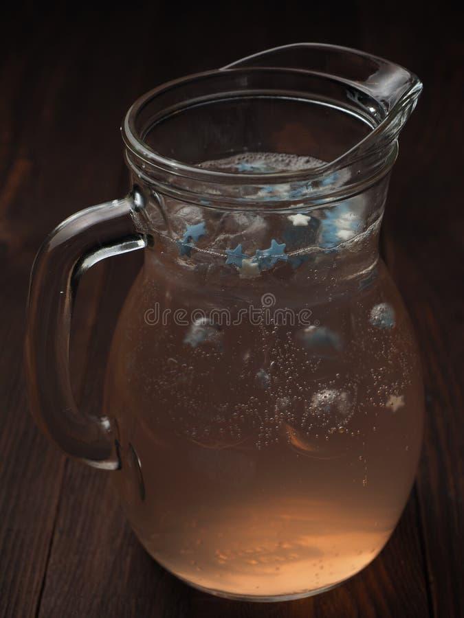 Limonada de refrescamento com gelo imagem de stock