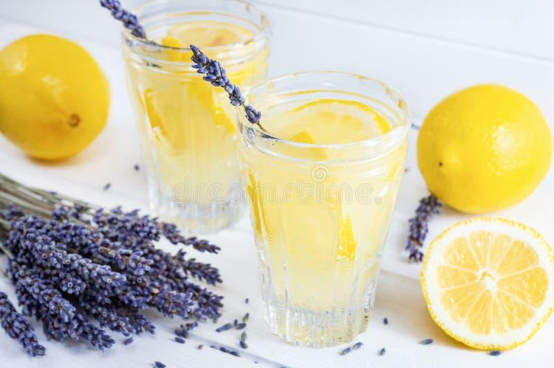 Limonada de refrescamento da alfazema nos vidros no fundo de madeira branco foto de stock royalty free
