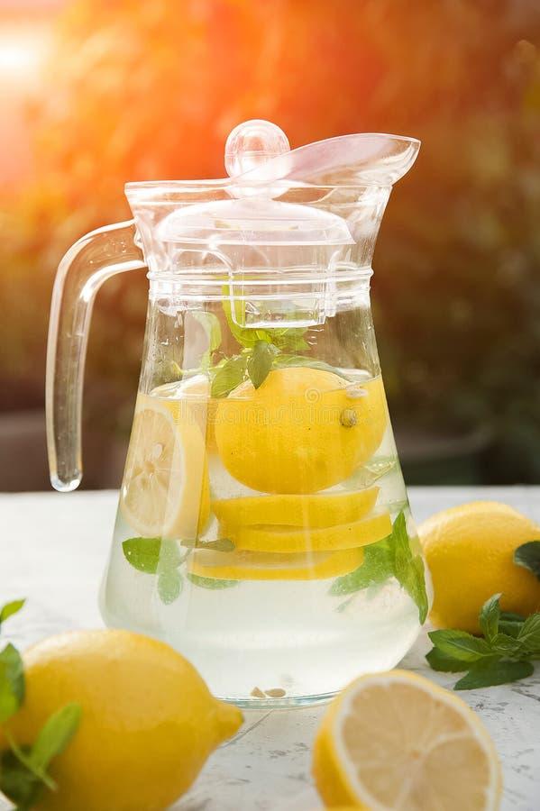 Limonada de restauración hecha en casa en primer de la jarra y espacio de la copia Limonada de los limones, menta, hielo imagen de archivo